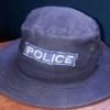 L'uniforme du policier : Symbole de fierté, cause de malheur et source de revenu
