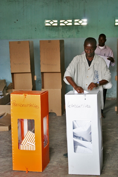 A view of Lycée Molière Polling Station in Kinshasa, where thousands of people turned out to cast their ballots. 30 July 2006, Kinshasa, UN Photo.